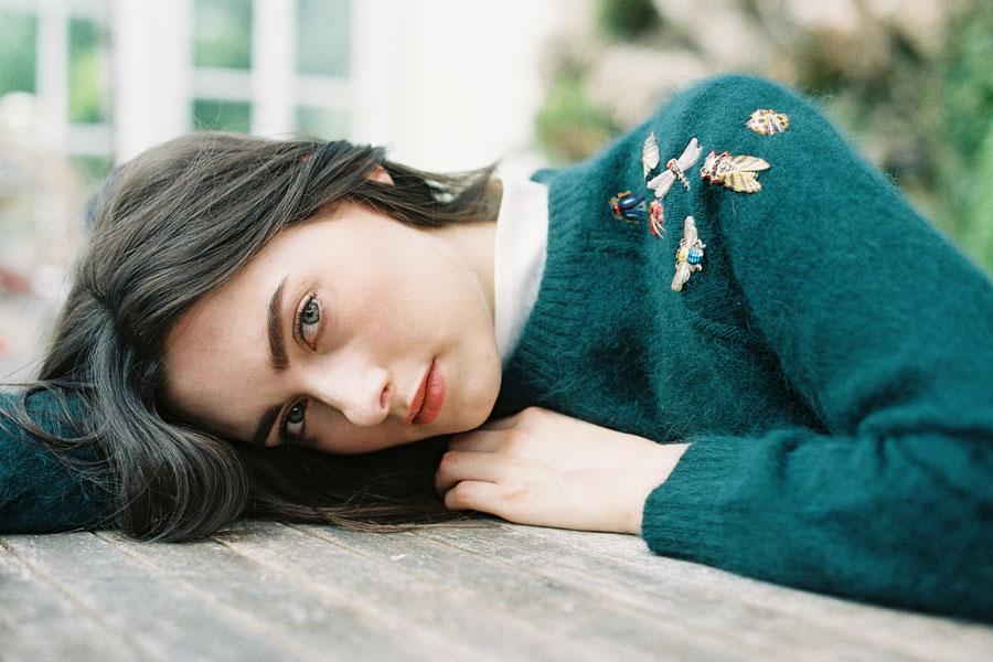 Broches épinglées à l'épaule, par Vanessa Jackman