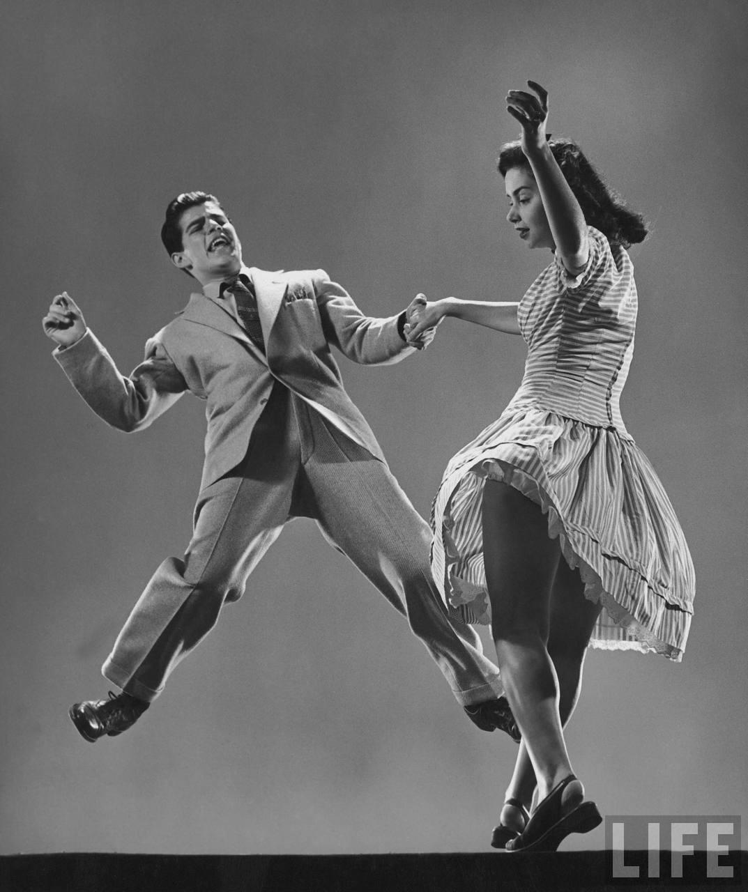 Couple dansant le swing